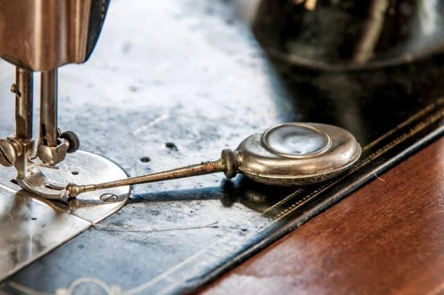 アンティークなミシンの縫う部分と油さし