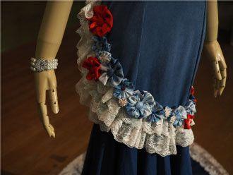 藍のドレス花のモチーフとレース